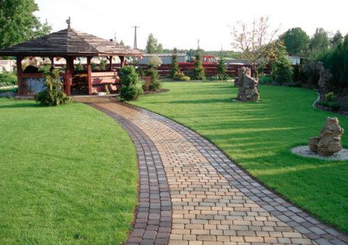 Декоративный камень и тротуарная плитка в оформлении ландшафтного дизайна сада