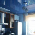 Нужны ли натяжные потолки на кухне